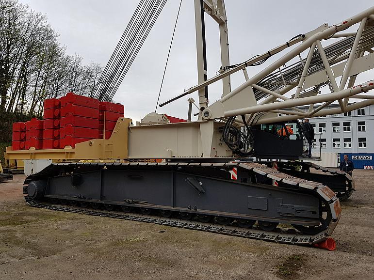 Pedestal Crane 300T